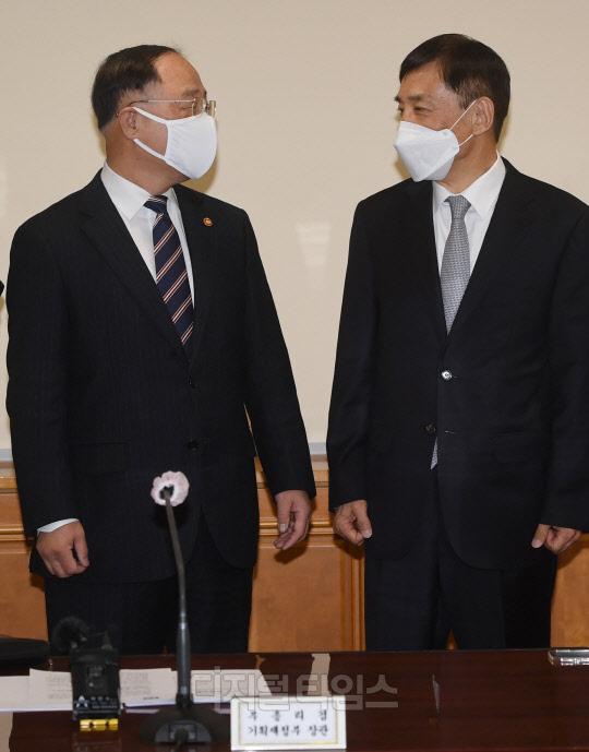 [포토] 대화하는 홍남기 부총리-이주열 총재